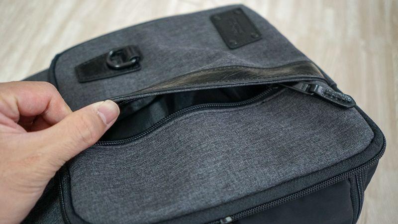 Enduranceスリングバッグの下部収納ケースフタのポケット