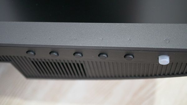 BenQの2018年最新4K液晶ディスプレイ EW3270Uのスイッチ類