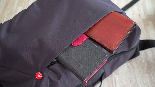 Manfrotto MB NX-S-IGY-2 には財布やスマホを入れるスペースもある