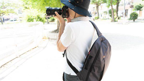 Manfrotto MB NX-S-IGY-2 を背負ってカメラを構える
