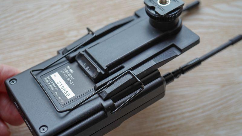 受信機( URX-P03)のベルトクリップにスライドしてシューマウントアダプターを取り付ける