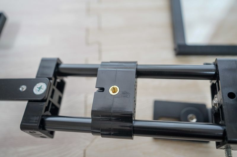 テレプロンプターを三脚に取り付けるネジ穴
