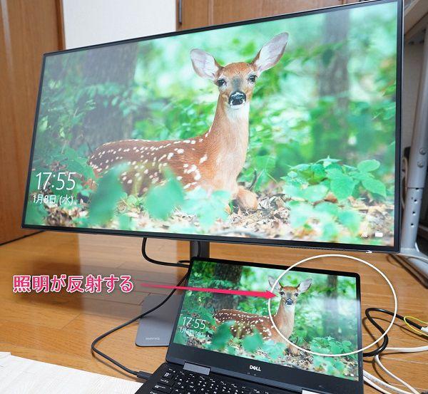 手前:グレアパネルのノートPC 奥:ノングレア4K液晶モニター