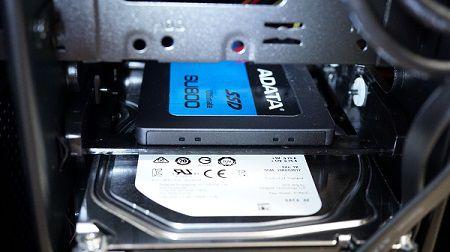 写真上がSSD。下がHDD。